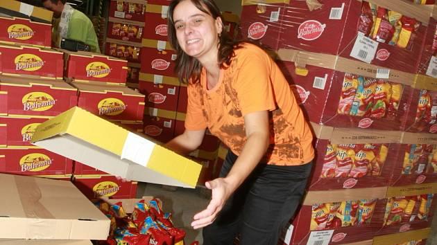 V novém distribučním centru pracuje s chipsy Magda Valisková.
