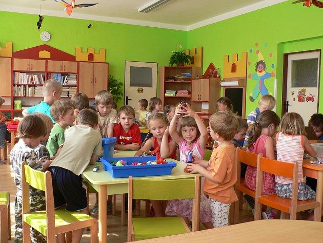 Děti v Chrášťanech mají od jara 2012 novou třídu v mateřince.