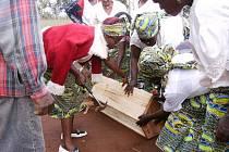 Jihočeští vědci se v africkém Kamerunu věnují i problému kácení. Podporují tamní neziskové organizace, které farmářům jako alternativu nabízejí včelaření. Na snímku výroba úlu.