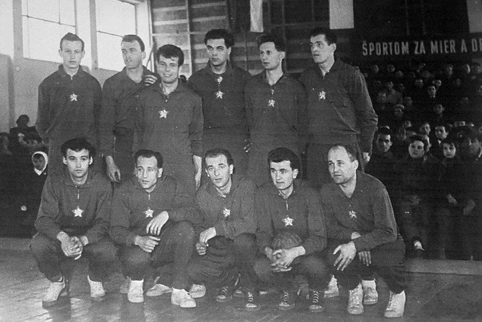 Na snímku výběr ČSR v roce 1956 na Poháru osvobození Bratislavy. Zleva stojí Fejfar, Láznička, Musil, Purnoch, Schwarzkopf a Karel Brož, v podřepu zleva Humhal, Malý, Paulus, Synovec a Jonáš.