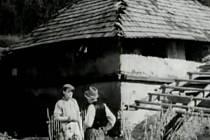 Osecká cihelna. Podle pramenů byla stavba obecní cihelny zahájena v listopadu roku 1913. Ve filmu před ní dojednávají obchod.