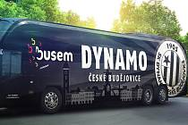 Do Karviné fotobalisté Dynama odjeli v pátek autobusem s novým polepem.