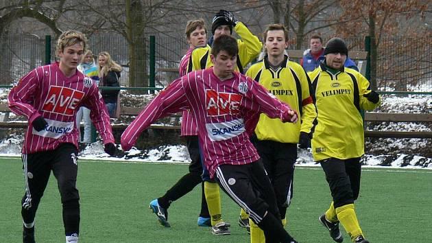 Slovenský Adam Osúch (u míče) vstřelil za dorost Dynama ČB na Hluboké v zápase proti SK Čtyři Dvory tři ze sedmi gólů vítězů.
