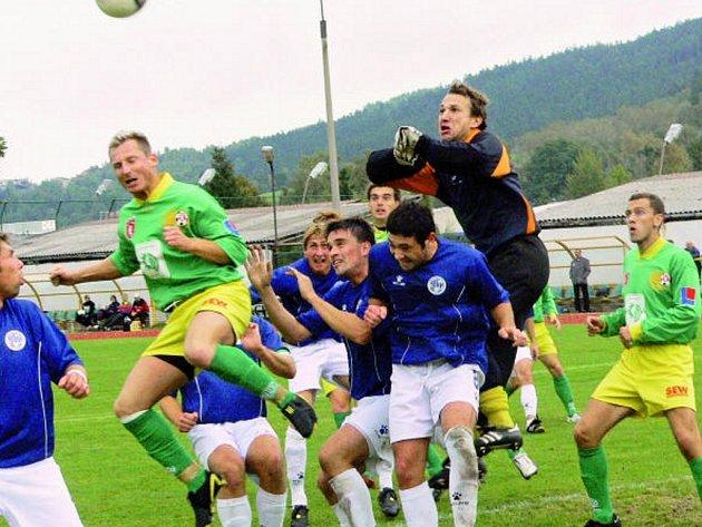 Po šestí vítězstvích v řadě ztratili prachatičtí fotbalisté doma s Hořovickem nečekaně všechny tři body. Brankář hostí Slováček řeší jeden ze závarů před svou brankou.