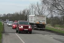 Až do konce dubna musí řidiči jedoucí z Českých Budějovic směrem na Hlubokou počítat s čekáním v kolonách. Oprav se tady dočkala silnice v úseku od Sudárny až po Bavorovice.