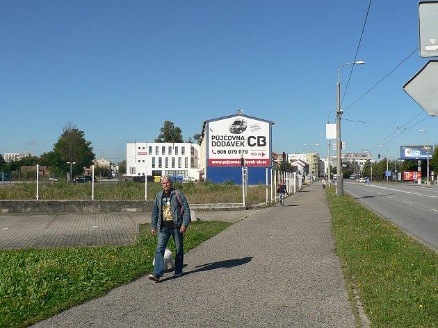 UHusovy třídy vČeských Budějovicích na místě bývalé prodejny automobilů se chystá stavba hotelu.