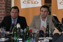 Jiří Zimola (vpravo) a Jiří Paroubek při tiskovém konferenci odpovídali na dotazy v rámci krajské konference ČSSD, která se konala v sobotu v Českých Budějovicích.