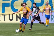 Filip Souček dal vítězný gól Opavy v zápase s Dynamem (2:0), na snímku ho stíhá Patrik Brandner.