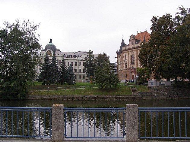 Před koncem 19. století vypydalo nábřeží Malše u dnešního krajského soudu docela jinak. Budovy soudu ani krajského úřadu nestály a bylo vidět až na židovskou synagogu (zbořenou za války)..