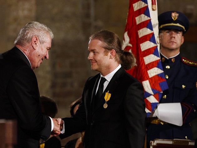 Houslový virtuos Pavel Šporcl dostal 28. října na Hradě od prezidenta Miloše Zemana medaili za zásluhy o stát v oblasti umění.