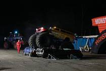 Kaskadérské vystoupení, v němž hrály hlavní roli silné motory, měli lidé možnost vidět do neděle  u výstaviště v Českých Budějovicích. Zlatým hřebem programu byla ukázka dvou obřích monster trucků (přes 5 a 7 tun), které si hravě poradily se starými vraky