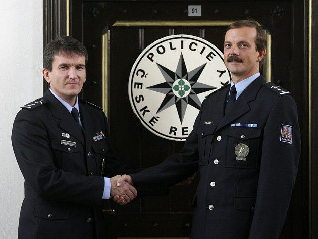 Policejní prezident Oldřich Martinů (vlevo) ustanovuje do funkce ředitele Policie ČR Správy Jihočeského kraje České Budějovice Radomíra Heřmana.