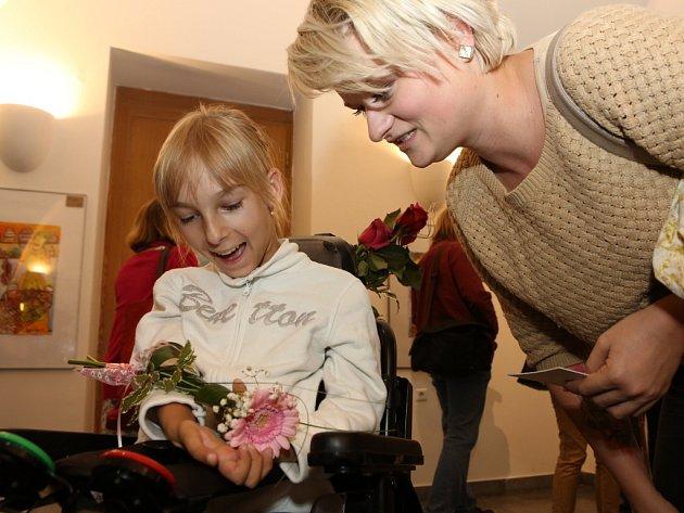 Dvanáctiletá handicapovaná malířka Bára Sedláčková, která kreslí ústy. Své technice říká pusopis.