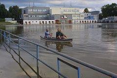 SRPEN 2002. Ve sportovním areálu na českobudějovickém Sokolském mostě se dalo jen plout a plavat .
