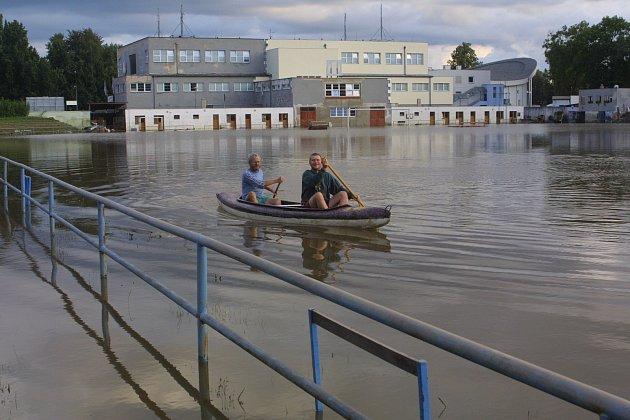 SRPEN 2002.Ve sportovním areálu na českobudějovickém Sokolském mostě se dalo jen plout a plavat .