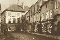 Dům U modrého hroznu v Široké ulici před rokem 1911.