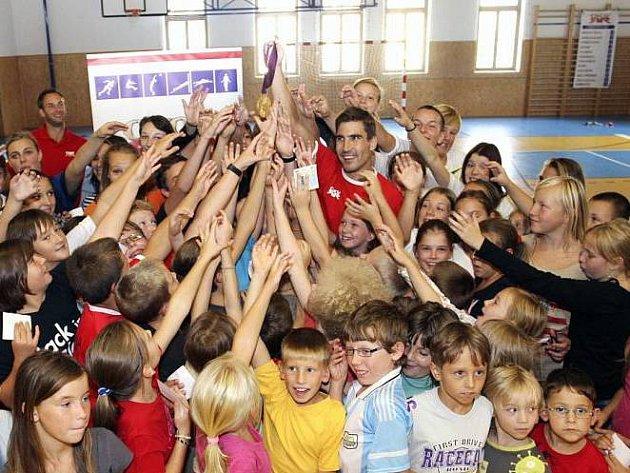 Král českého pětiboje David Svoboda se po svém olympijském triumfu stal žádaným hostem různých besed a setkání. Takto si užíval pobyt mezi dětmi ze ZŠ Libušina vBechyni.