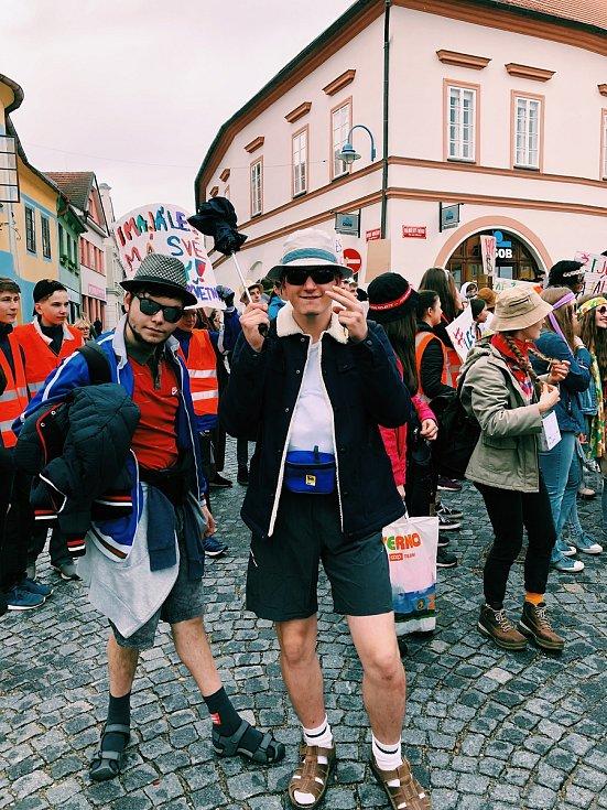 Majáles nad Vltavou zahrnoval i majálesový průvod.