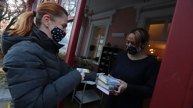 Výdej knih v knihovně Na sadech.