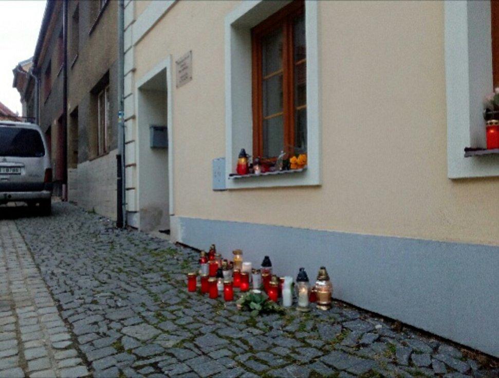 Zemřel trhosvinenský farář Marcin Želazny. Lidé za něj před farou zapalují svíčky.