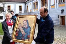 Madona zlatokorunská se po 78 letech vrací domů. Obraz vznikl kolem roku 1410 pro klášter cisterciáků ve Zlaté Koruně. Byl součástí klášterních sbírek, které opustil v dubnu 1938 v obavách z hitlerovského Německa.