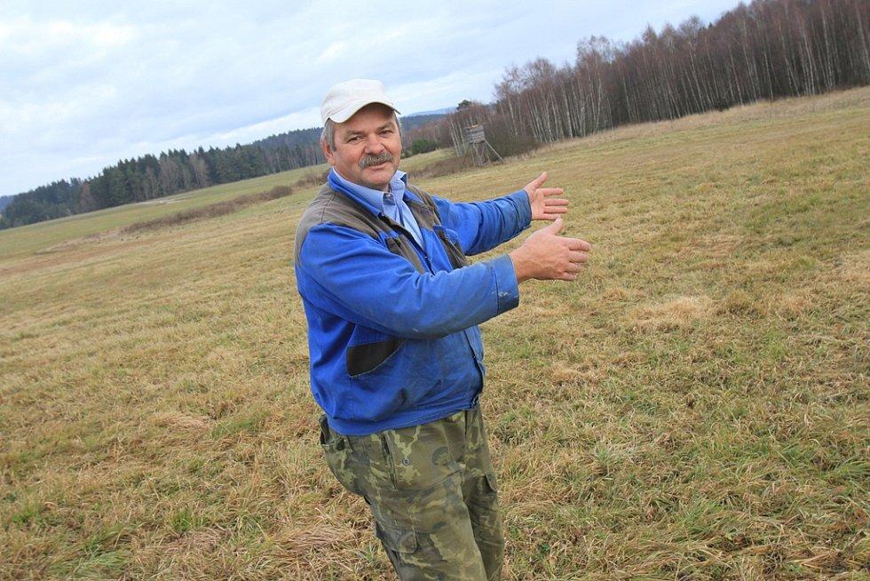 Údržbář obce Světlík Josef Kubický ukazuje místa, kde se točilo. Dnes je tam lesní pláň.