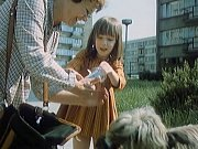 Otavská ulice na sídlišti v Písku. Zdena Hadrbolcová a Žaneta Fuchsová jdou na nákupy. Dvojice potkává chundelatého psa, kterého pak dívka krmí sušenkami.