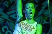 Skandalistka ze SuperStar? Dávno ne! Aneta Galisová, českobudějovická rodačka, zazářila ve čtvrtek před domácím publikem v klubu Velbloud jako zpěvačka skupiny Prague Conspiracy.