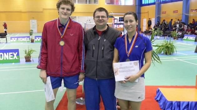 Na mezinárodním mistrovství Rumunska letos vybojovala Martina Benešová s Pavlem Floriánem (vlevo) druhé místo ve smíšené čtyřhře v konkurenci více než čtyřiceti zemí. Na jejich výsledcích má velký podíl trenér Radek Votava (uprostřed).