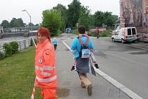 Běžci byli bedlivě sledováni s úsměvem.