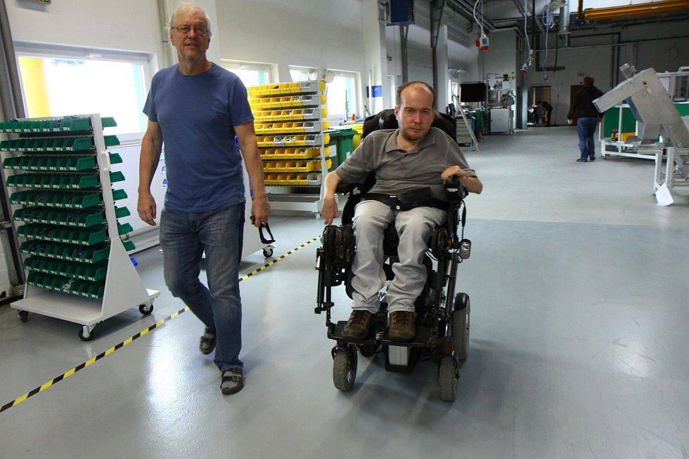 Martin Kulič s tatínkem Zdeňkem v jejich firmě ALFA.