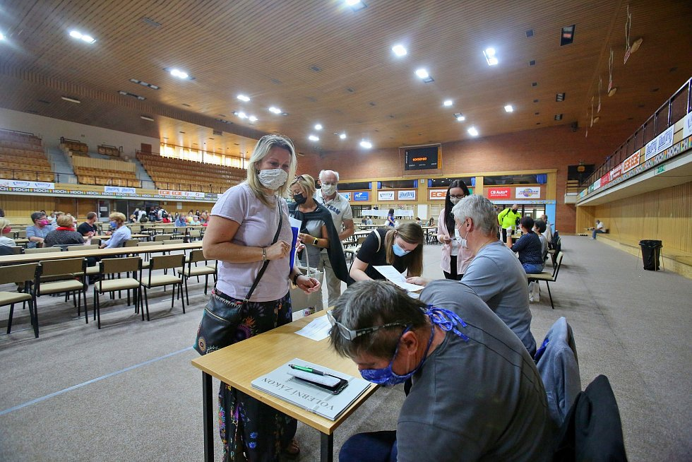 Krajské volby budou tentokrát v rouškách. Snímek je z prvního zasedání okrskových volebních komisí v Českých Budějovicích.