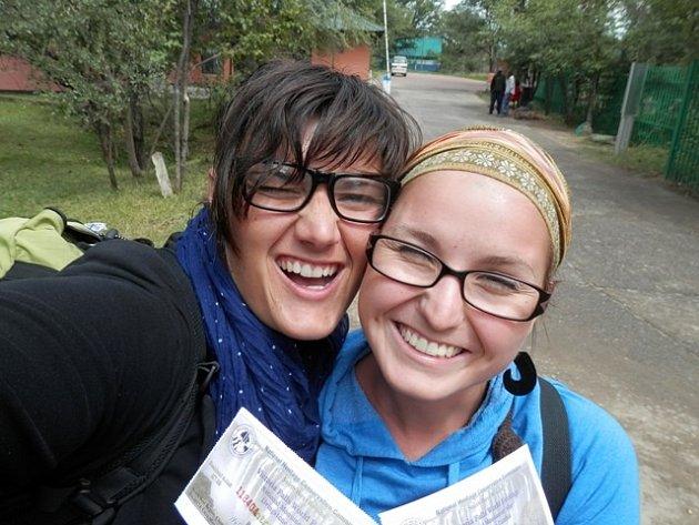 Kateřina Homolková (vlevo) a Radka Krygarová se do Afriky společně vydaly už podruhé. Tentokrát pomáhají s rozjezdem sirotčince pro chlapce. Snímek je z jejich jedenáctidenní poznávací cesty po černém kontinentu.