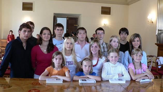 V úterý ve 13 hodin se v obřadní síni českobudějovické radnice sešli vybraní žáci, aby získali od náměstka primátora Rudolfa Vodičky odměnu za své úspěchy.