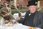 Churchilla představoval Angličan Richard Syms.