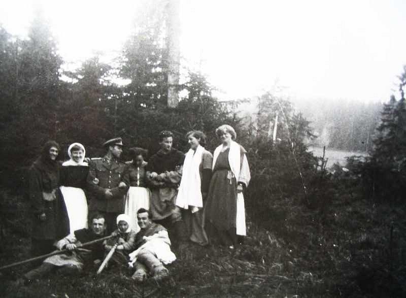 Lenorští komparzisté snímku Jan Žižka. Zleva stojí Adéla Kollárová,  Regina Schröderová (Šmrhová), Anna Tipanicová (Karpfová), Blažena Wurmová. Mezi muži dole je Marika Tipanicová.  Muži  jsou asi vojáci.