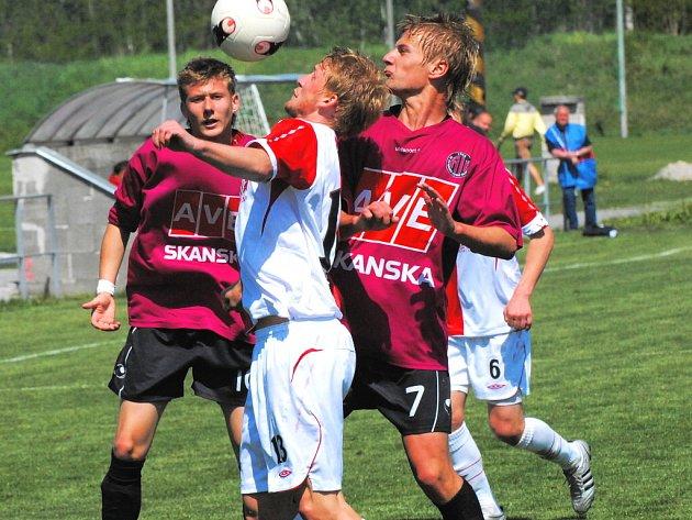 Ladislav Dobal v sobotu patřil v B–týmu Dynama k nejaktivnějším a mj. v závěru připravil tutovku Mašátovi: na snímku bojuje se slávistou Michalem Heldem, vlevo přihlíží Marián Timm.