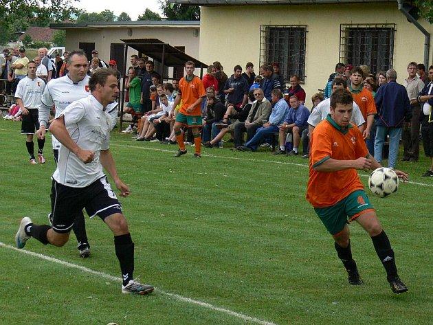 V zápasech mezi fotbalisty Temelína (v bílém) a Neplachovem to kdysi v okrese jiskřilo, na podzim se oba celky znovu potkají ve stejné soutěži.