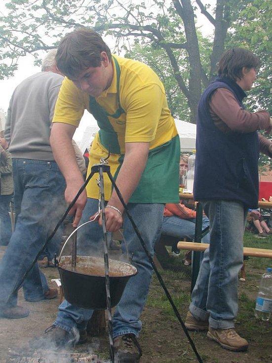 V Litvínovicích soutěžili v sobotu o titul Gulášový král. Vařilo se v kotlících na otevřeném ohni.