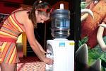 V těchto parných dnech mají v multikině CineStar problém s nefunkční klimatizací. Nabízejí alespoň chlazenou vodu.
