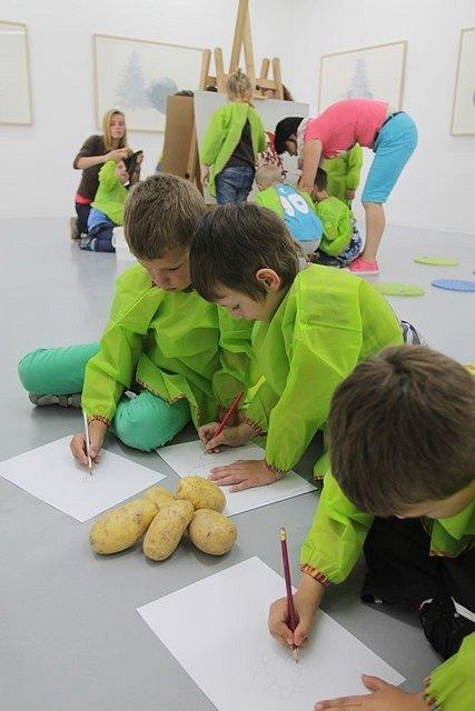 Školáci v Domě umění malují kupky sena. Na snímku děti se sluchovým postižením z českobudějovické školky v Riegrově ulici.