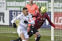 Pavel Novák odvrací hlavou před domácím Janem Kalabiškou: Dynamo hrálo na Slovácku 0:0.