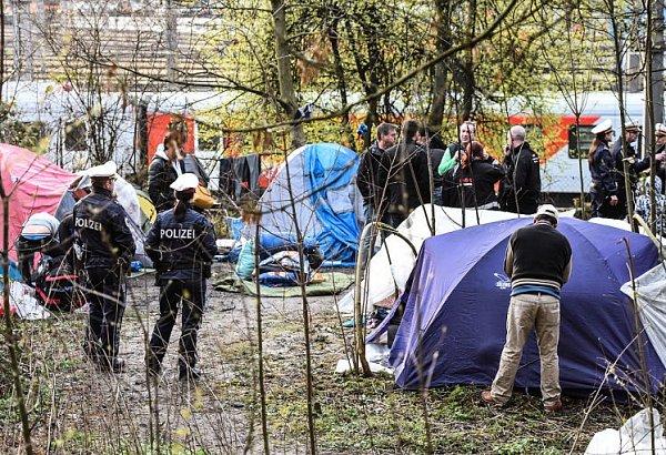 Linec vyklidil romský tábor.
