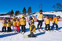 Ve Skiareálu Lipno si užijí také děti. Na ty se tu myslí systematicky, aby se z nich brzy stali lyžaři.