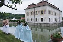 Zimní slunovrat připomene 17. prosince sdružení Teatrum mundi na zámku Kratochvíle, který prozáří na 200 svíček. Akce začíná v 18 hodin.
