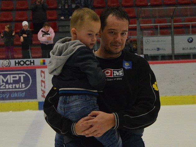 Jan Novák slavil výhru se svým tříletým synkem Honzíkem.