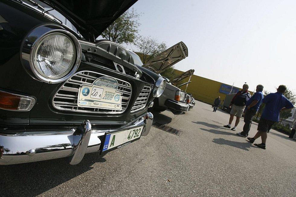Členové Volvo clubu se sešli v neděli 20. září před českobudějovickým Intersparem.