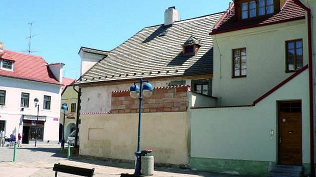 Po několika stoletích se mohla objevit v centru Českých Budějovic nová hradba. Památkáři ale nejeví pro soukromníkův nápad (neomítnutá část zdi) žádné nadšení.