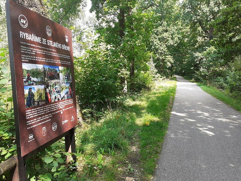 V těchto místech, nedaleko cyklostezky z Budějovic na Hlubokou, došlo ke znásilnění.