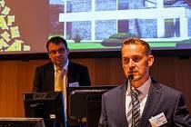 Architekt a rodák z Budějovic Radek Vopalecký (na snímku v popředí) získal cenu Building Efficiency Award za návrh rodinného domu Villa Atrium. Ten stojí v Litvínovicích.